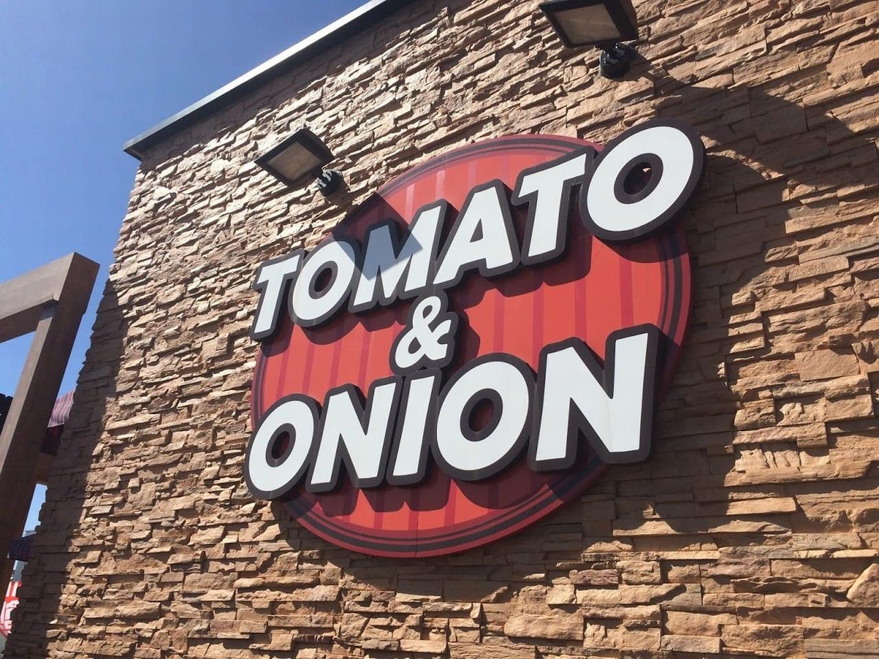 トマト&オニオン五個荘店の看板